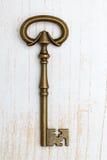 Античный ключ на деревянной предпосылке Стоковое Изображение