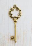 Античный ключ на деревянной предпосылке Стоковые Фото