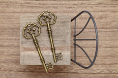 Античный ключ с малым стулом Стоковая Фотография