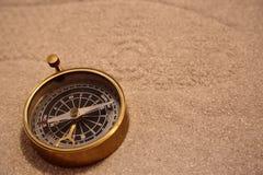 Античный латунный компас в песке Стоковые Изображения