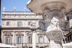 Античный мраморный фонтан в Вероне, Италии Стоковое Изображение