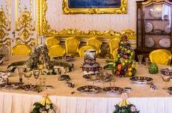 Античный обеденный стол в дворце Катрина Стоковые Изображения RF