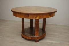 Античный обеденный стол стиля Арт Деко грецкого ореха Стоковые Фото
