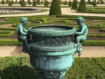 Античный опарник в саде стоковое фото rf