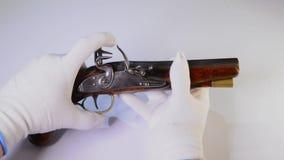 античный пистолет flintlock акции видеоматериалы