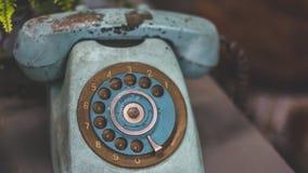 Античный ржавый телефон сини Grunge стоковые фотографии rf
