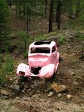 Античный розовый автомобиль на розовой дороге автомобиля, около Prescott, AZ Стоковое Изображение RF