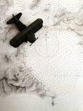 Античный самолет-биплан на старой карте стоковые фотографии rf
