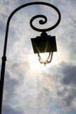 Античный столб лампы при Солнце светя через фонарик Стоковое Фото