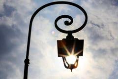 Античный столб лампы при Солнце светя через фонарик Стоковое Изображение