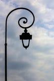 Античный столб лампы с предпосылкой облаков Стоковое фото RF