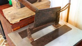 Античный тайский инструмент тяпки ножа травы для трав отрезка сухих использующ в традиционном медицинском магазине Стоковая Фотография RF