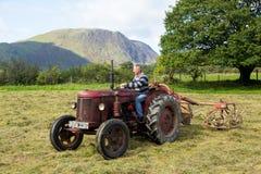 Античный трактор Давида Brown и молотить - машина стоковые изображения