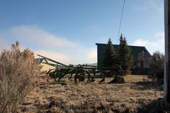 Античный трактор на высокой пустыне Стоковые Фото