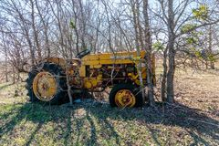 Античный трактор сидит на старой мельнице Кроуфорда в Walburg Техасе Стоковое фото RF