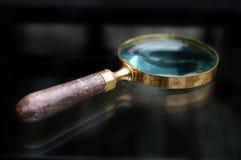 Античный увеличивать - стекло Стоковые Изображения