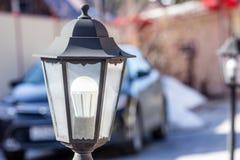 Античный уличный фонарь в автостоянке улицы, на заднем плане автомобиль стоковые изображения rf
