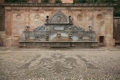 Античный фонтан около Alhambra, Гранада, Испании Стоковые Фото