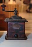 Античный черный механизм настройки радиопеленгатора на белой таблице Стоковое Фото