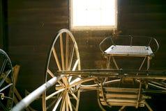 Античный экипаж лошади в амбаре Стоковое Изображение RF