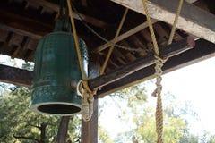 Античный японский колокол в парке стоковое изображение