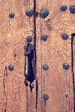 Античный knocker двери на деревенской деревянной двери Стоковое Изображение