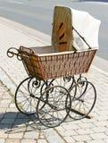 античный wicker детской дорожной коляски стоковые фото