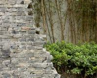 античным стена треснутая кирпичом Стоковые Фото