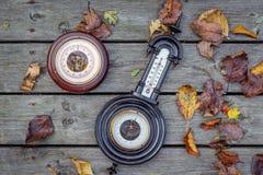 2 античных барометра на древесине Стоковые Фото