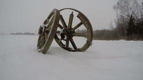 2 античных деревянного катит внутри снег, промежуток времени 4K видеоматериал