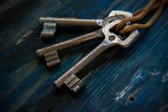 3 античных ключа на деревянном столе Стоковые Фотографии RF