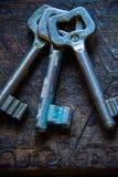 3 античных ключа на деревянном столе Стоковая Фотография RF