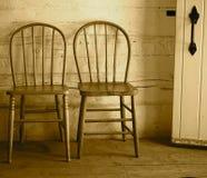 2 античных стуль подпертых смычком Стоковые Фотографии RF