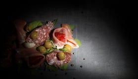 Анти- макаронные изделия с высушенными томатами и оливками стоковые фотографии rf