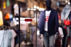 Анти- рамка похищения на входе магазина одежд одеяния с красным индикатором сигнала тревоги безопасностью стоковые изображения