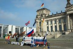 Анти--фашисты протестуют на входе к Reichstag, Берлину, Германии Стоковая Фотография RF