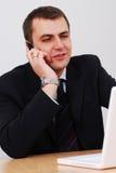 антрепренер переговора имея телефон стоковые изображения