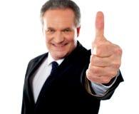 антрепренер gesturing успешные большие пальцы руки вверх стоковая фотография