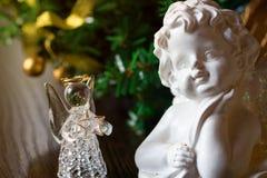 2 Анджелес на предпосылке шариков золота рождества Новый Год Стоковое Фото