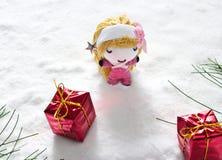 Анджел и подарок на снеге, концепции куклы ручной работы Стоковые Фото