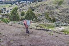 Андийский родной идти на дорогу Quilotoa эквадор Стоковое Фото