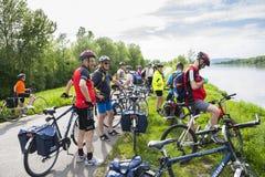 ландшафт группы велосипедистов голландский типичный Стоковые Изображения RF