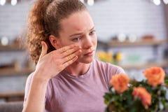 Апеллирующ курчавая женщина с салатовыми глазами имея teardrops стоковые фотографии rf