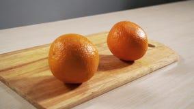 2 апельсина падают на кухонный стол в конце-вверх замедленного движения и прыжка акции видеоматериалы
