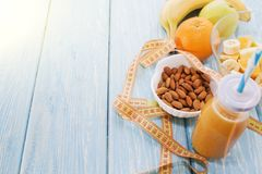 Апельсиновый сок в стекле, свежих фруктах на деревянной предпосылке здоровая еда, диета и detoxification стоковая фотография rf
