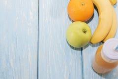 Апельсиновый сок в стекле, свежих фруктах на деревянной предпосылке здоровая еда, диета и detoxification стоковая фотография