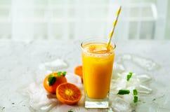 Апельсиновый сок с льдом и tangerines на белой предпосылке Открытый космос для вашего текста Copyspace Холодный напиток для горяч Стоковое фото RF
