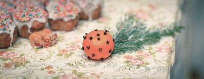 Апельсины и булочки рождества на таблице Стоковые Фото