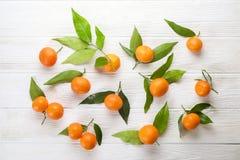 Апельсины мандарина на деревенской белой деревянной предпосылке Стоковые Изображения RF