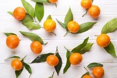 Апельсины мандарина на деревенской белой деревянной предпосылке Стоковые Изображения